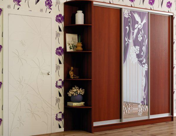 Трёхдверный шкаф купе, система серебро, цвет корпуса яблоня локарно, зеркало с художественным матированием рисунок №1290